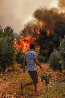 Griekenland ontruimt dorpen, Italië en Turkije evacueren vanwege bosbranden