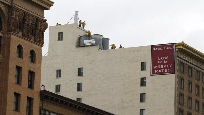 De brandweer is bezig het lichaam van Elisa Lam uit de watertank te halen.