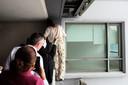 Een aanwezige die ongeveer even groot is als Ivana laat zien om te zien of het mogelijk is om over de rand van het balkon e stappen zonder voetafdrukken achter te laten.