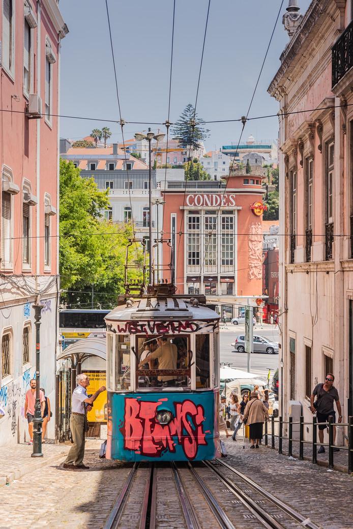 Wie kent de trams in Lissabon niet? Ze zijn niet alleen leuk om te zien, maar vooral ook handig. Zo ook voor deze oudere man, die naar een uitkijkpunt wil.