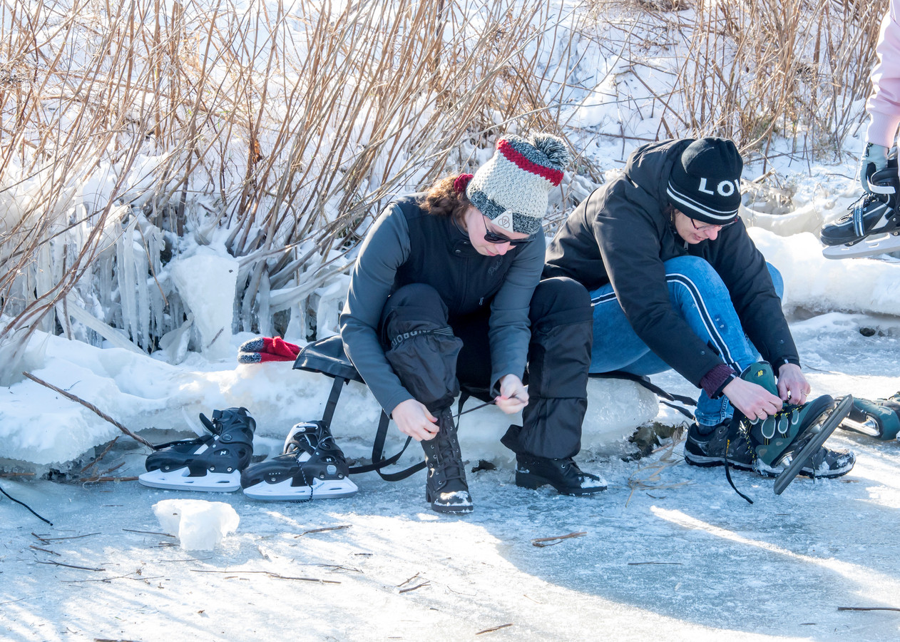 Schaatsers op het Nuldernauw bij Putten.