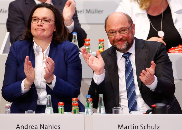 Fractievoorzitster Andrea Nahles en voorzitter Martin Schulz van de SPD waren tevreden na de stemming. Beeld REUTERS