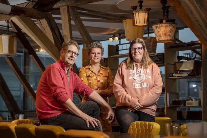 Gerard Ter Steege en Mariëlle Altink (rechts) worden bij de organisatie van het Stadscafé geholpen door coach Kim Egberink (midden) van de Baalderborg Groep.