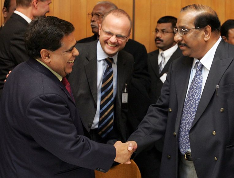 2006 Sri Lanka en de Tamil Tijgers: Een onderhandelaar van de Tamil Tijgers (links) en een afgevaardigde van de regering van Sri Lanka bezegelen een hernieuwd akkoord over een vierjarig staakt-het-vuren. Beeld null