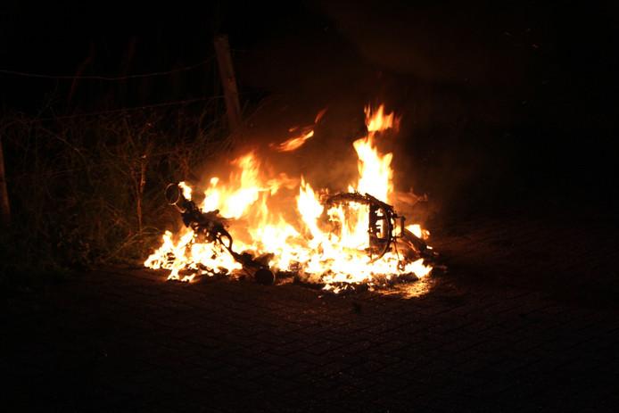 Scooter gaat in vlammen op bij strandopgang Monster