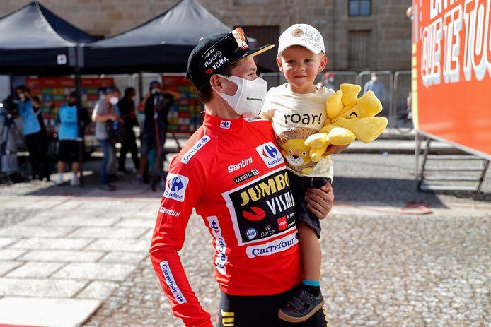 Primoz Roglic met zijn zoon na de negentiende etappe van de Ronde van Spanje.