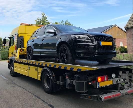 De in Kerkdriel in beslag genomen Audi Q7 wordt afgevoerd.