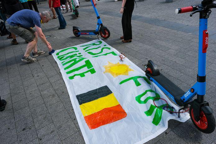 De actie werd op touw gezet door Rise for Climate Belgium, de beweging die naar aanleiding van het noodweer extra aandacht vraagt voor de klimaatverandering.