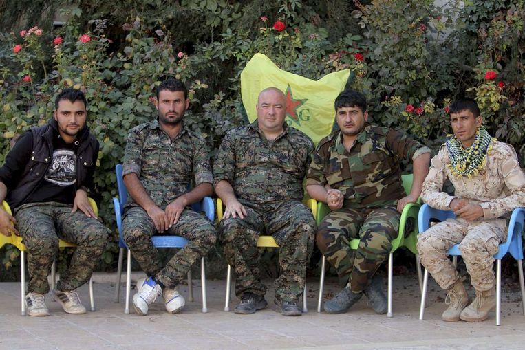 Wilson tussen andere leden van de YPG. Beeld reuters