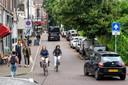 De Sonsbeeksingel gezien vanaf de kruising bij de Hommelse Poort. Geen enkele parkeerplek is meer vrij.