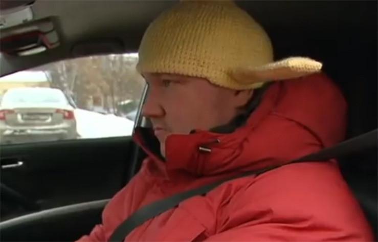 Andrei moet altijd met zijn vergiet achter het stuur kruipen.