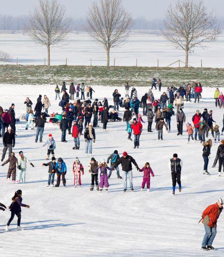Rijnwaarden geniet weekend lang van gigantische ijsvloer: 'Groter dan dit kon het niet'