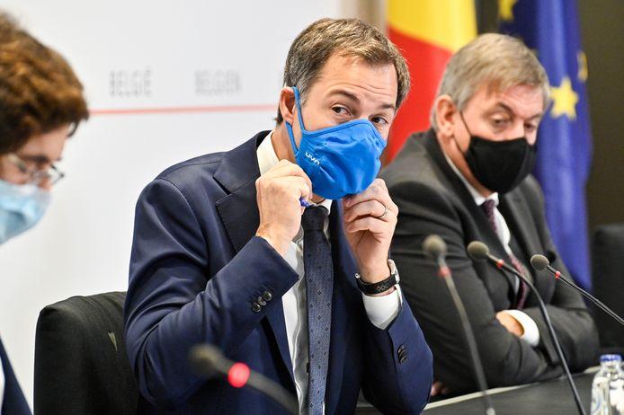 Premier Alexander De Croo, met Waals minister-president Elio Di Rupo en Vlaamse minister-president Jan Jambon aan zijn zij op het Overlegcomité.