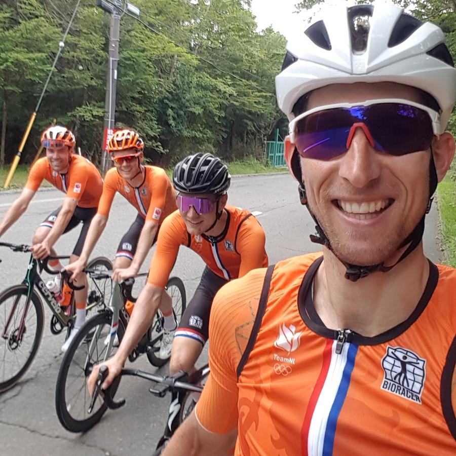 Bauke Mollema tijdens een training met Tom Dumoulin, Dylan van Baarle en Wilco Kelderman in Tokio Japan voor de Olympische Spelen