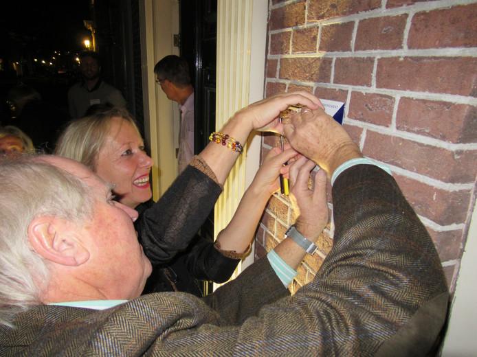 Burgemeester Loes van der Meijs en Peter van den Brandhof, voorzitter van Monumentenvereniging Doesburg, bevestigen het eerste bordje.