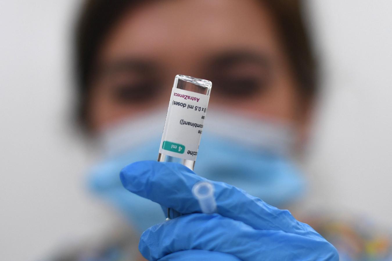 Een dosis van het AstraZeneca-vaccin wordt voorbereid.