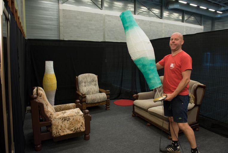 Organisator Kurt De Loor voert nog snel een lamp aan in het kringloopwinkeldecor waarin Anouk zal relaxen.