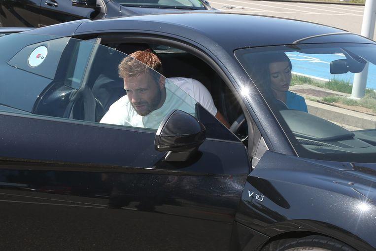 Laurent Depoitre komt aan in de Ghelamco Arena (met een Audi V10, dat een nieuwwaarde heeft van € 202.500).