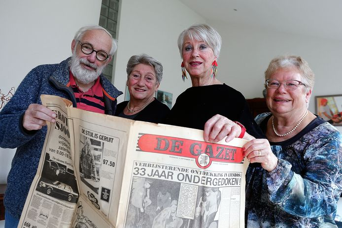 Medewerkers van het eerste uur van weekblad De Gazet met het eerste exemplaar uit 1977. Vlnr Kees Maas, Jenny Swanenberg, Marijke Venghaus en Lia Hamel.