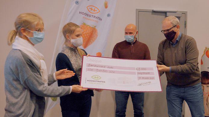 Het Giels Bos kreeg een cheque van 8.000 euro van de Coöperatie Hoogstraten. De Ghesellen van de Aardbei waren er ook bij.