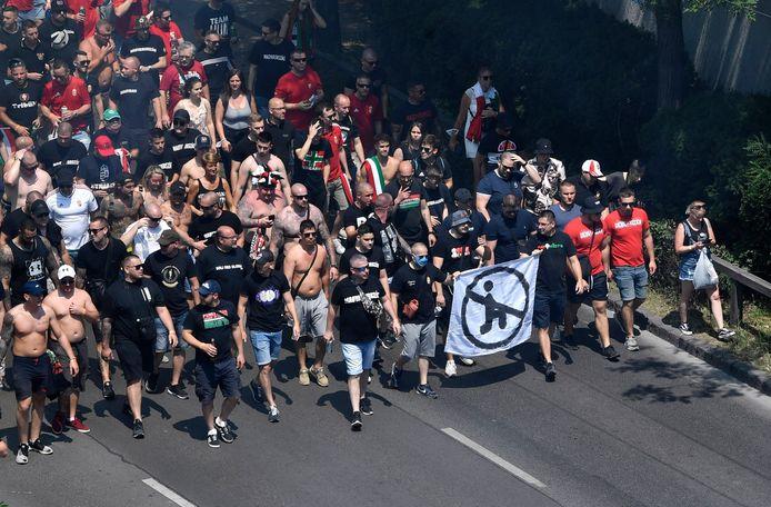 Voor de match tegen Frankrijk afgelopen zaterdag drukten de Hongaarse ultra's zich uit tegen het knielen van voetbalspelers als protest tegen racisme.
