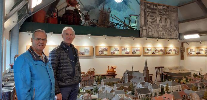 Ad van Melis (rechts), voorzitter van heemkundekring Op de Beek, samen met coördinator Wijnand Bouman in museum De Rijf. Ze zijn blij met de ruimte die de voormalige varkensstal biedt om de grote collectie te kunnen tonen.
