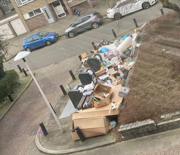 Het begon met een gedumpte bank, maar groeide al snel uit tot een vuilnisbelt midden op straat.
