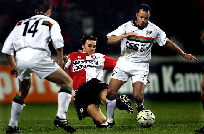 Bart Latuheru namens NEC in duel met Feyenoorder David Connoly.