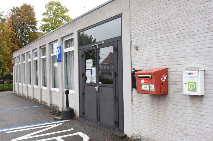 Archief: ook uit deze rode brievenbus op de parkeerplaats van de gemeentezaal aan de Bredaseweg in Weelde werden facturen gestolen