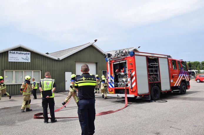 Het aspirantenteam van de jeugdbrandweer Bruinisse in actie bij een 'illegaal coronafeest' in de loods van een aarbeienkwekerij in Zierikzee.