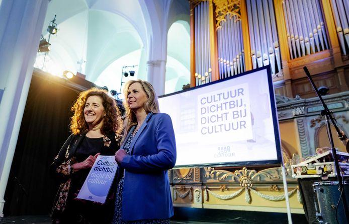 Vorig jaar overhandigde Marijke van Hees (rechts) het advies over het cultuurstelsel 2021-2024 aan minister Ingrid van Engelshoven (Cultuur).