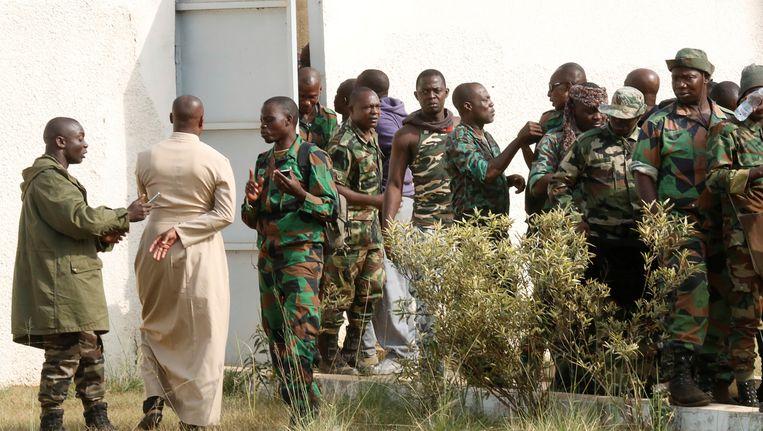 Muitende soldaten komen toe in Bouake voor een gesprek met Alain-Richard Donwahi, minister van Defensie. Beeld REUTERS