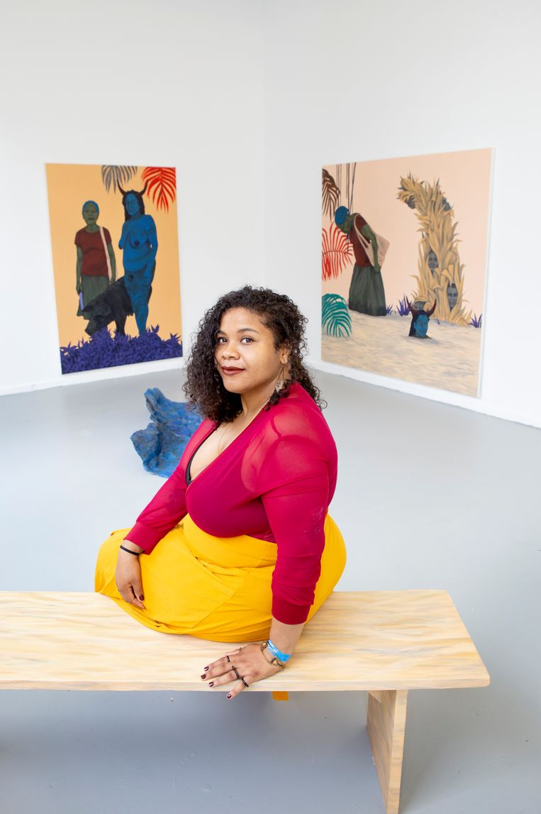 Tessa Mars bij haar schilderijen, die zijn gevoed door de Haïtiaanse geschiedenis. Beeld Pauline Niks