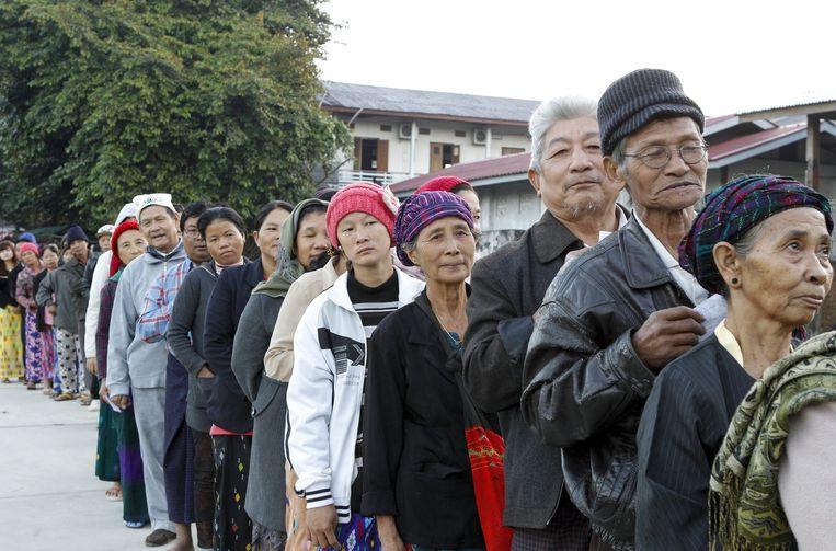 Mensen staan in de rij om hun stem uit te brengen. Beeld epa