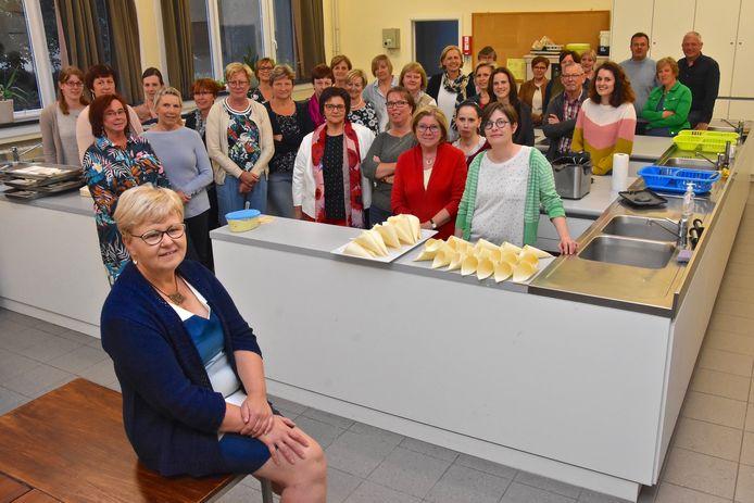 De kookclub van dienstencentrum De Kim nam afscheid van lesgeefster Myriam Vandendriessche