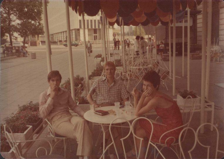 Iggy Pop, David Bowie en Bowie's secretaresse/rechterhand Coco Schwab, in Oost-Berlijn, 1977. Beeld kos