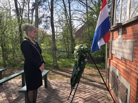 Kranslegging burgemeester De Hoon in Castelré, Dodenherdenking 2021