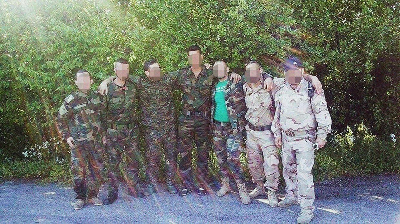 Volgens getuigen staat Hossin A. uiterst rechts op deze foto, met zijn militie in Salamiyah, Syrië. Beeld rv