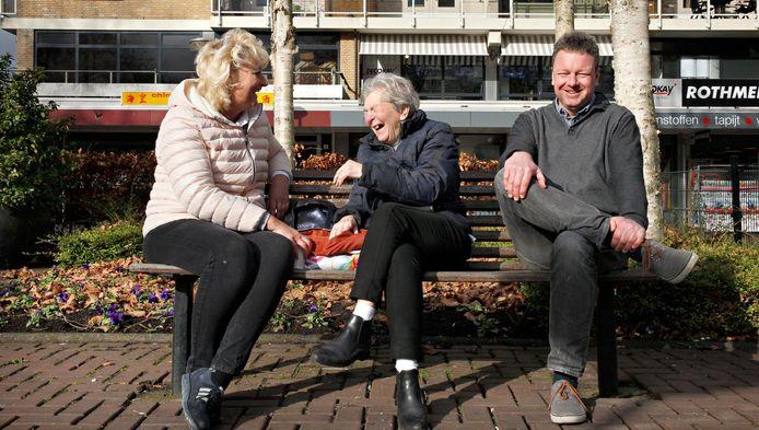 Oud-deelgemeentebestuurder Patrick Meijer (rechts) maakt een dolletje met bewoners in winkelcentrum LageLand.