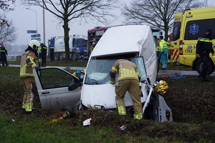 Vrachtwagen komt in aanraking met een busje, dat van de weg raakt.