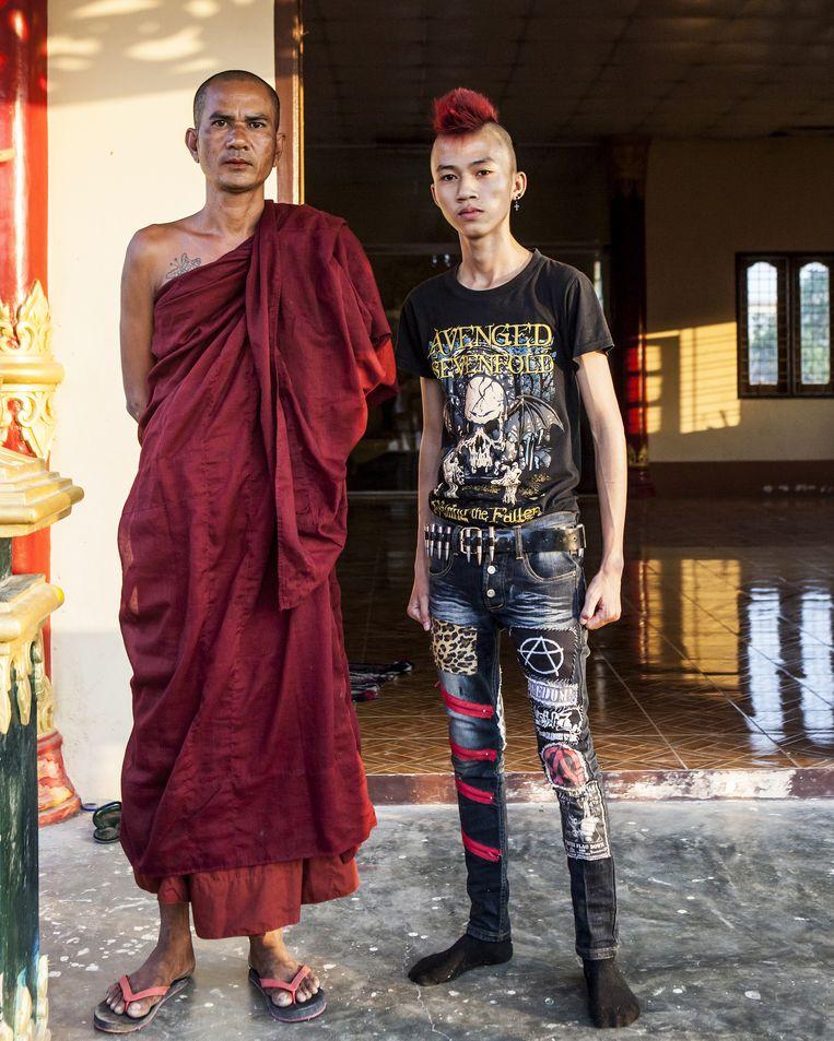 In conservatief en religieus Yangon protesteren punkers tegen de status quo. De revolutie van de punkers gaat ook door nu het democratiseringsproces is gestart. Behalve tegen systeem protesteren ze nu tegen het kapitalisme. Sinds de opstand van de monniken in 2007 werd neergeslagen door het regime zijn de punkers in Yangon actief bezig. Ze protesteren tegen het systeem en tegen het kapitalisme. Beeld Yvonne Brandwijk
