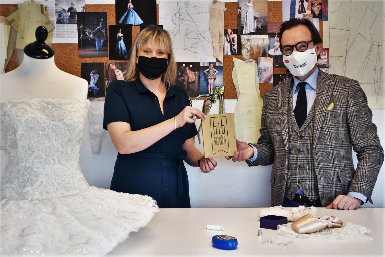Bart Lodewyckx  overhandigt het HIB-label aan Eveline Kühn.
