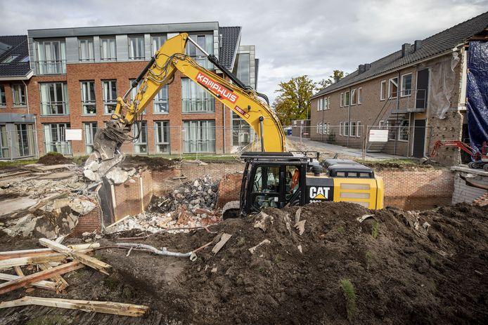 De grote machines van Kamphuis Sloopwerken maken korte metten met de appartementen.