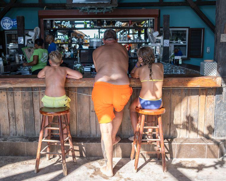 Toeristen in de strandtent Pirate Bay.  Beeld Sabine van Wechem