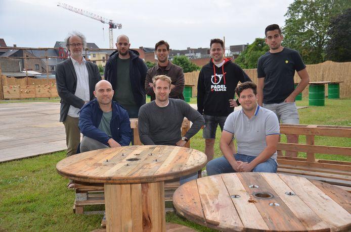 Het team van Tatkraft en cultuurcoördinator Ben Schokkaert in pop-uparena 'Inghelant', op de vroegere OCMW-site in Ninove.