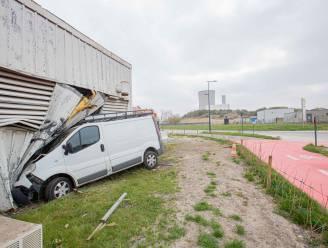 Een ruzie, een 'geleende/gestolen' wagen, een geramde gevel... En dan mag de politie nog uitzoeken waar de bestuurder zit