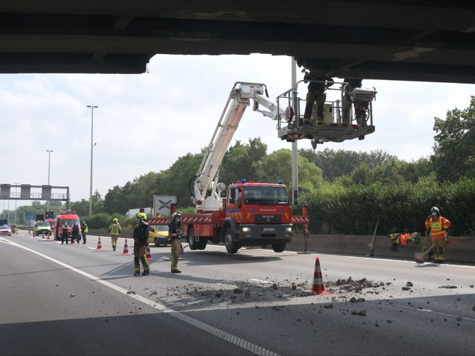 Op een gegeven moment vielen er brokstukken van de brug.