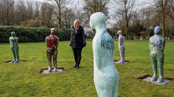 Kunstenaar Angela Nagel bij de vijf beelden, die samen 'What Remains' vormen.