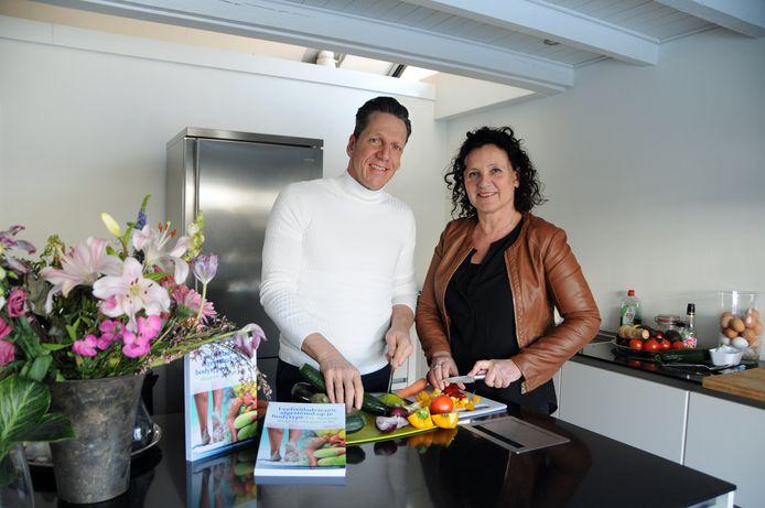Carel Schott en Coriene Lodder in hun woning in Burgh-Haamstede. Door heel het land leiden ze mensen op tot leefstijlcoaches en ontwikkelen ze fitprogramma's voor onder meer bedrijven