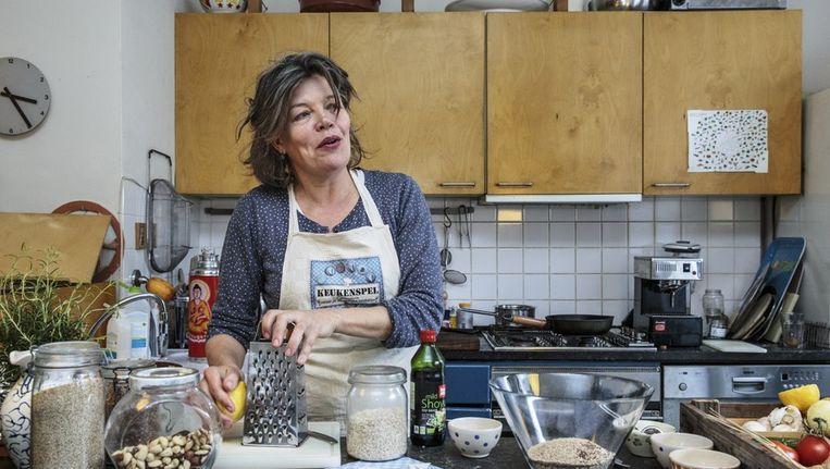 Karin Groet ontwikkelde het Keukenspel. Voor thuiseten maakt ze havermoutkoekjes Beeld Dingena Mol